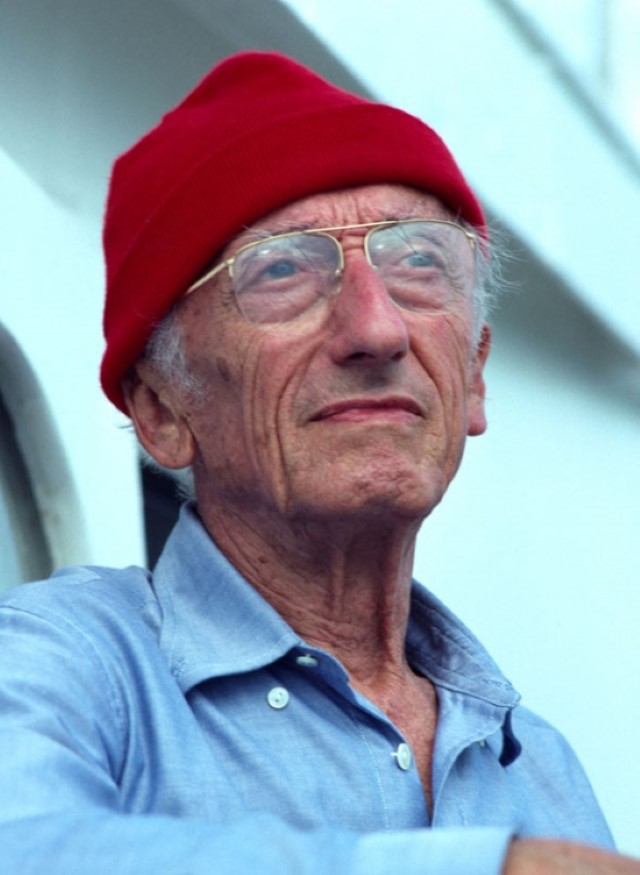 Jacques Cousteau in red hat - Il Capitano Jacques Cousteau: 30 immagini per ricordarlo