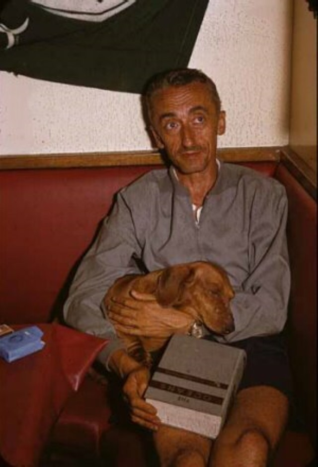 Jacques-Cousteau-with-his-sleeping-dog Il Capitano Jacques Cousteau: 30 immagini per ricordarlo
