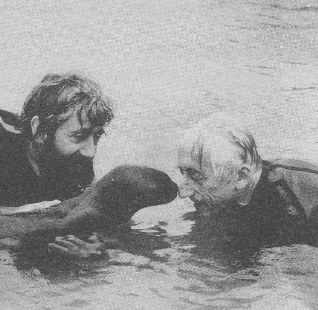 Jacques-Cousteau-with-seal Il Capitano Jacques Cousteau: 30 immagini per ricordarlo